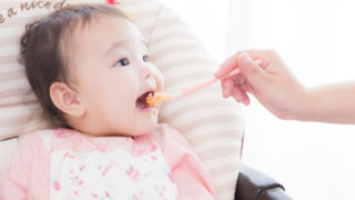 赤ちゃんが離乳食を食べている