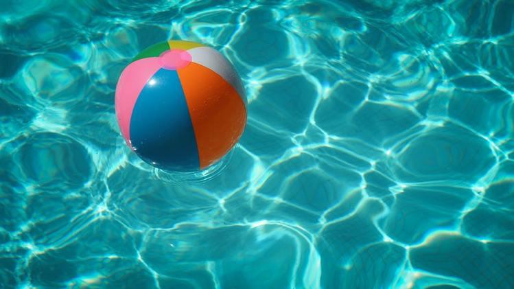 プールに浮かぶビーチボール