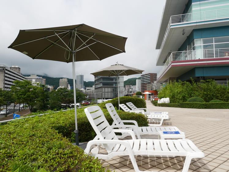 琵琶湖ホテルのプールサイド