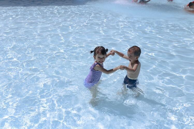プールで遊ぶ女の子と男の子