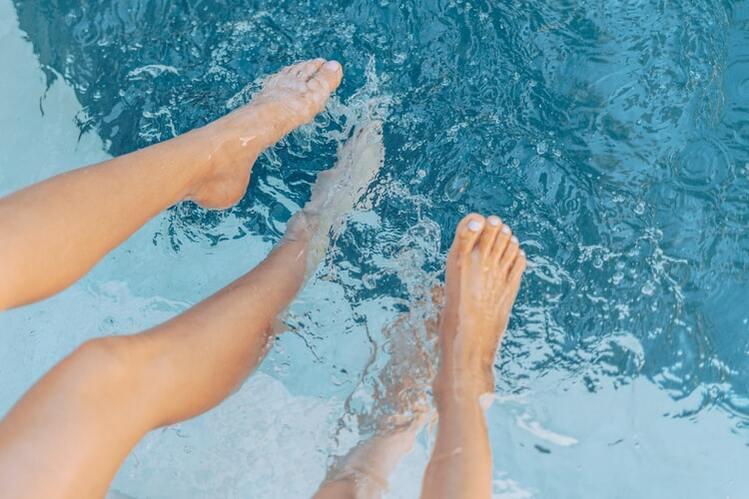 プールに浸かる足
