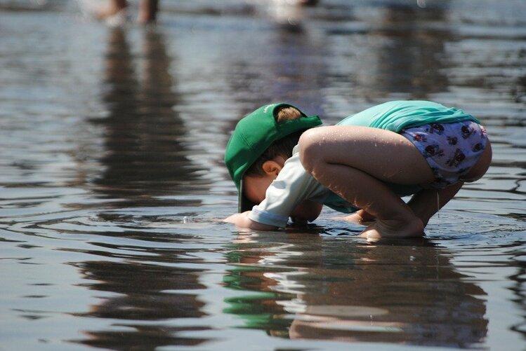 水に顔をつける子ども