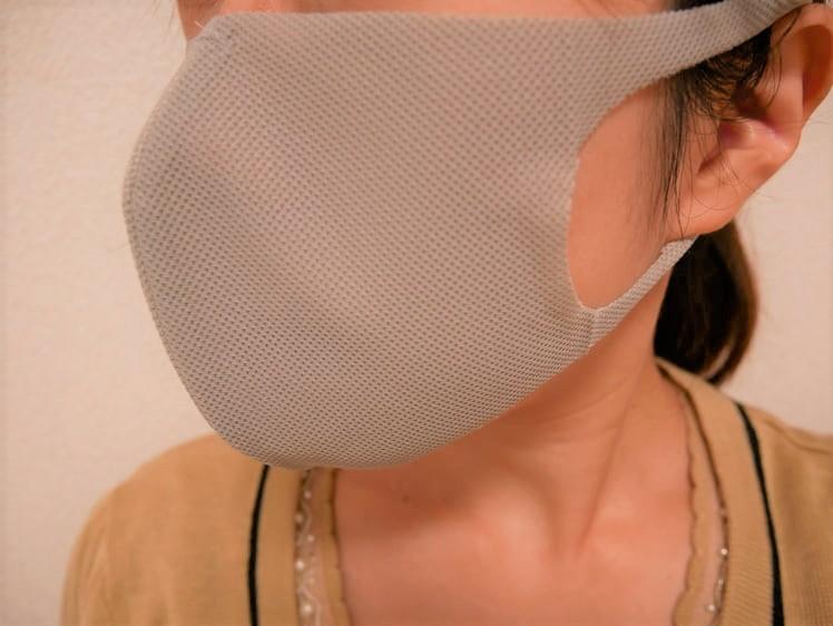 トレーニングマスクをつけた女性