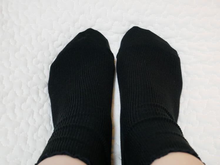 ヒートテックソックスを履いた足