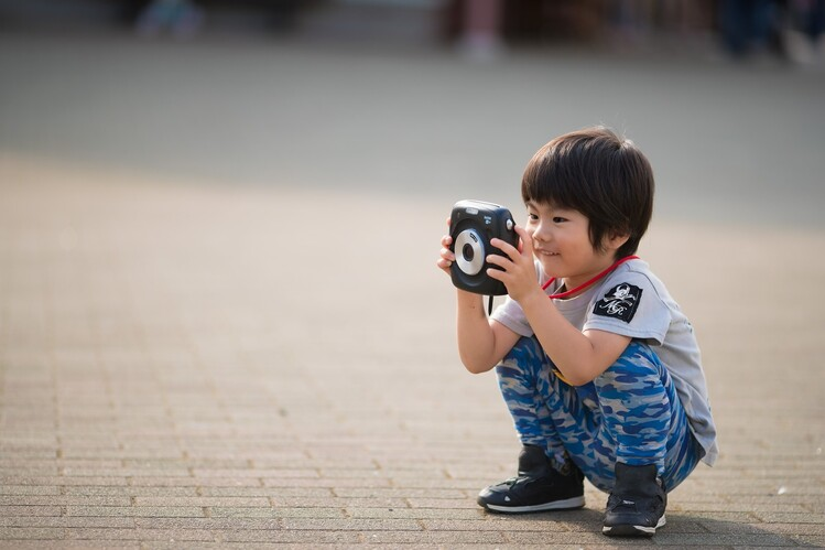 カメラを覗く子ども