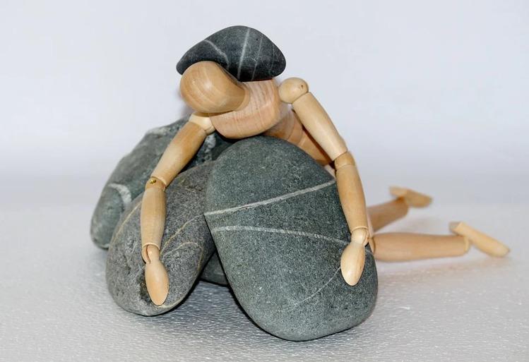石に挟まれた人形