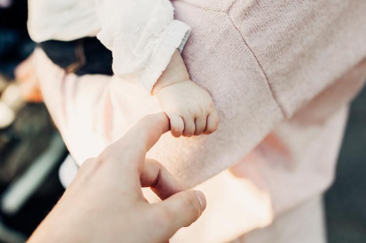 大人の指を握る赤ちゃんの手