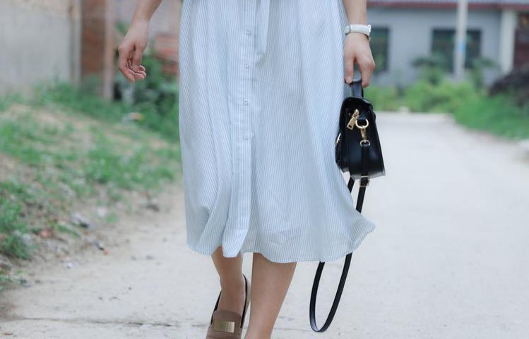 バッグを持って歩く女性
